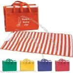 Beach mat with inflatable pillow made of tubular polypropylene material.
